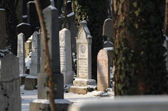 Egy-egy mondatban egy egész életet véstek a sírkövekenre.