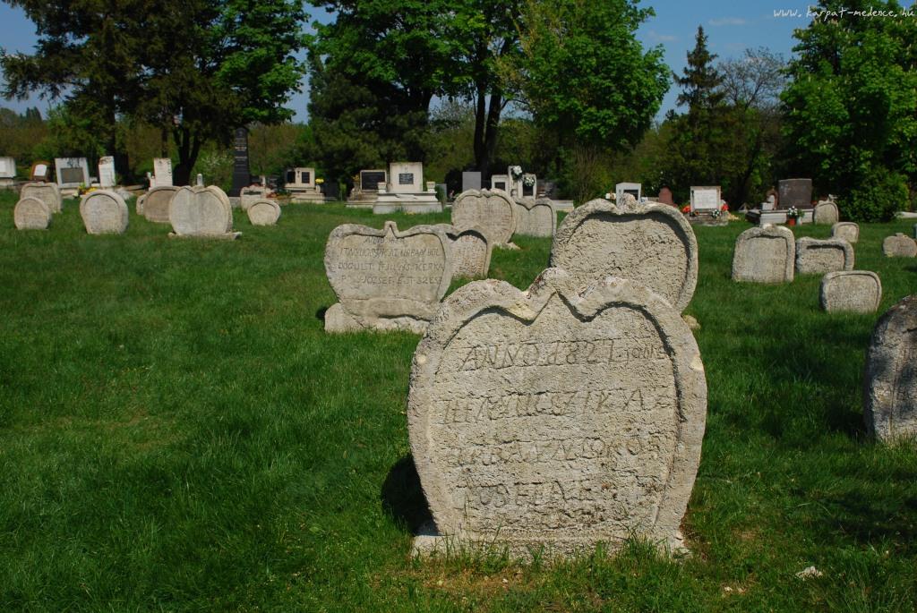 Faragott sírkövek Balatonudvari temetőjében