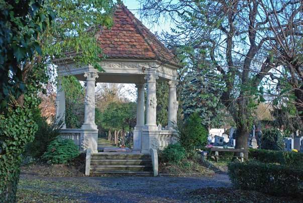 Evangélikus lelkészek síremléke a temetőben