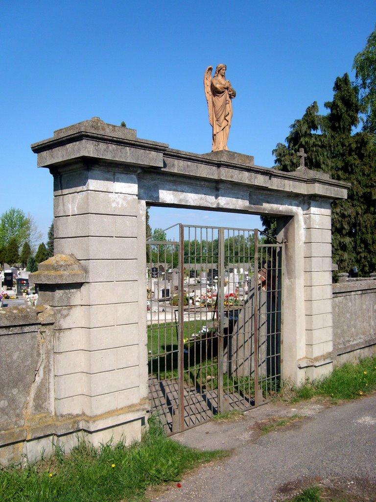 Csornai Őrangyal Új-temető kapuja