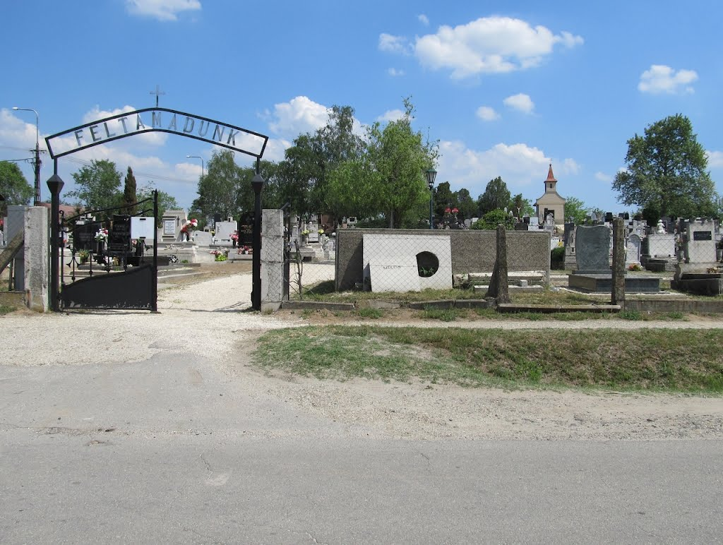Ócsa, temetőkapu