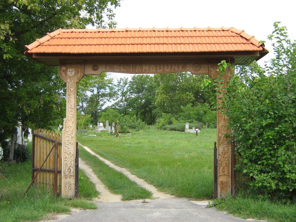 Örkény - régi temető bejárata